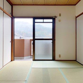 〈和室①〉くるりと後ろの和室へ。畳は新しいものに張替えしてありました◯