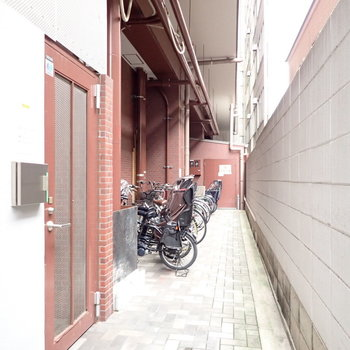 駐輪場は奥にあります。