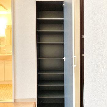 それ以外の靴は横のシューズボックスへ。棚は可動式なので、サイズに合わせて調整してくださいね。※写真は3階の同間取り別部屋のものです