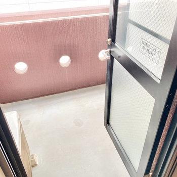 こちらはバルコニーですね。キッチンの後ろに扉があります。※写真は3階の同間取り別部屋のものです