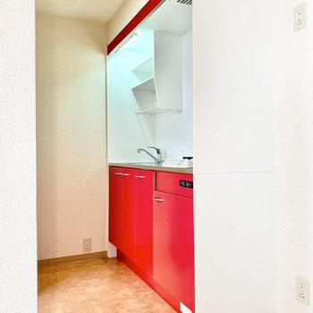 赤いキッチン。こういうちょっとした差し色がお部屋をさらに素敵にしてくれますよね。※写真は3階の同間取り別部屋のものです