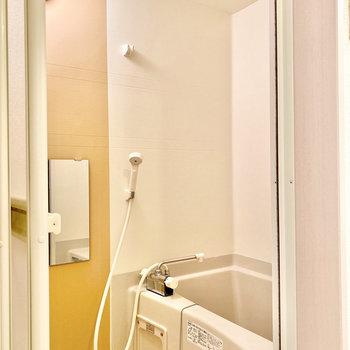こちらにはイエローのクロス。色味が可愛らしいですね。お風呂は追い焚き付きです。※写真は3階の同間取り別部屋のものです