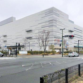駅目の前に大型の商業施設がありますよ。