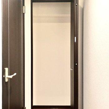 こちらも収納スペース。掃除機などを入れるのにどうぞ。
