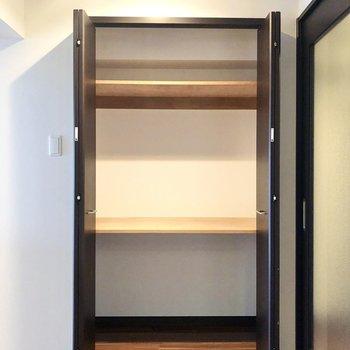【LDK】リビングにも収納スペースが。キッチンの隣にあります。