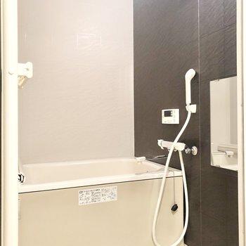 浴室も茶色を基調にしていてシックな雰囲気。