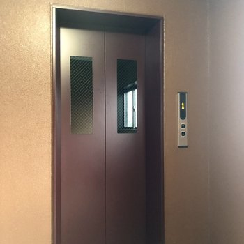 4階なのでエレベーターを使いましょう。