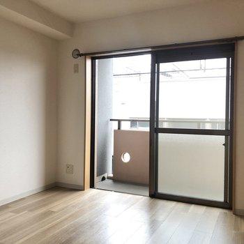 【洋室約6.2帖】大きな掃き出し窓がお部屋を明るくしてくれています。