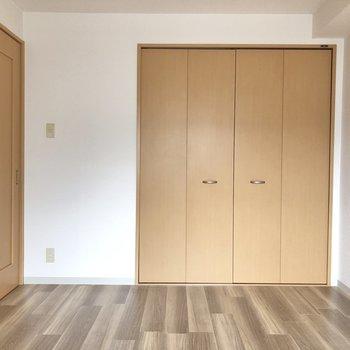 【洋室約6.2帖】ドアを閉めてお部屋の空間を仕切るのもいいですね。