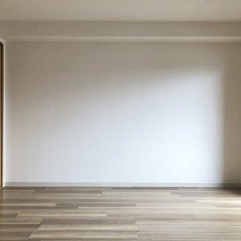 【洋室約6.2帖】横幅はこんな感じです、右の方にはテレビが置けますね。