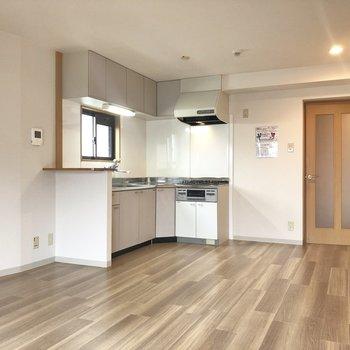 【LDK】キッチンには小窓が付いて換気がスムーズです。