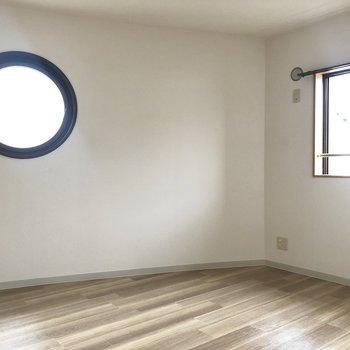 【洋室約6.7帖】こちらにも丸型の窓が。2面採光で明るいです。