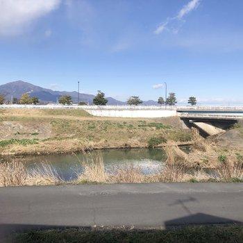 目の前は、渋田川が流れていますよ。