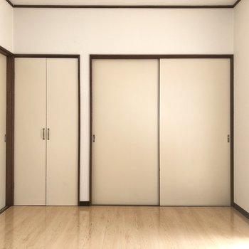 【洋室DK側】優しさを感じるヴェージュカラーの床です。