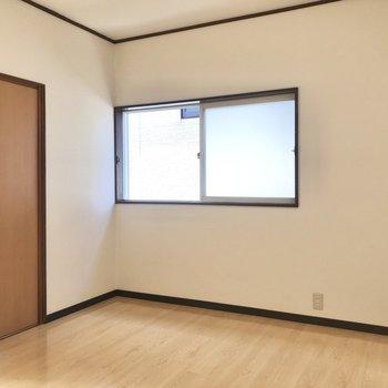 【洋室DK側】横向きにベッドが置けそうな幅でした。