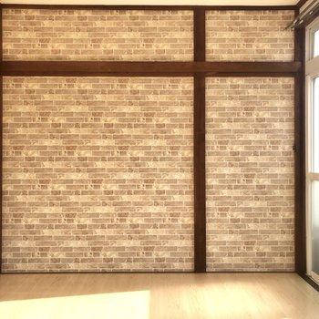 【洋室バルコニー側】壁には、ハンガーをかけることができますよ。