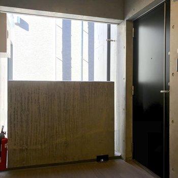 扉は黒く重厚な印象。