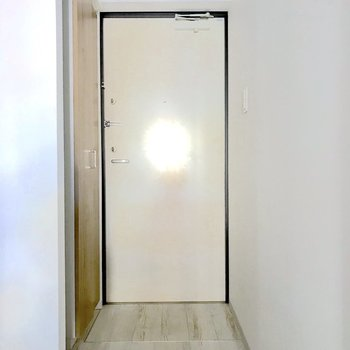 玄関は室内と段差がないタイプ。※写真は通電前のものです