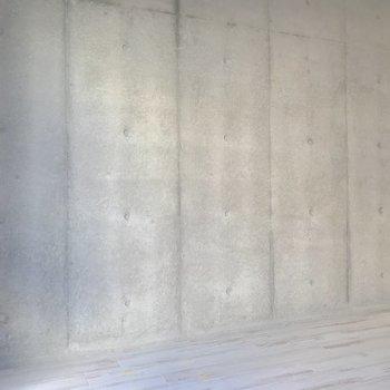この壁沿いにベッドを置いたらカッコ良さそう。