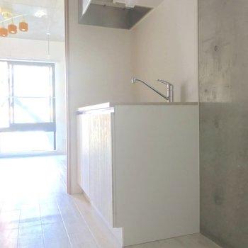 キッチンの横には冷蔵庫が置けますよ。※写真は通電前のものです