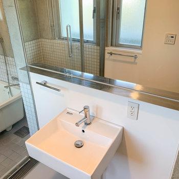 スタイリッシュな洗面台があります。※写真はクリーニング前です
