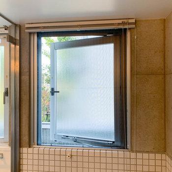 お風呂には窓付き。換気もしっかりとできます。