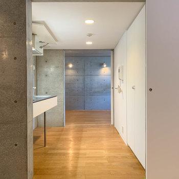 【9.6+4.6J】扉を開け、キッチンへ。キッチンの後ろにトイレと洗濯機置き場があります。