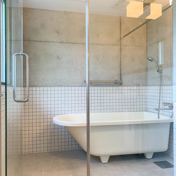 浴室乾燥やミストサウナが付いています。※写真はクリーニング前です