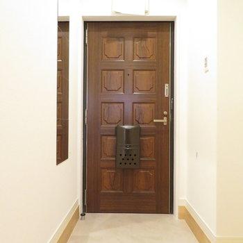 レトロな扉でも無垢はマッチするんですね