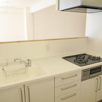 【イメージ】キッチンは三口のガスコンロ。人工大理石の天板なのでお手入れも簡単ですよ〜〜