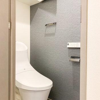 さりげなくトイレもアクセントクロス。嬉しい温水洗浄機付きです。