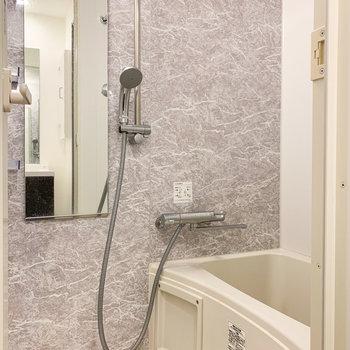 コンパクトながらに高級感のあるお風呂。浴室乾燥機付きですよ。