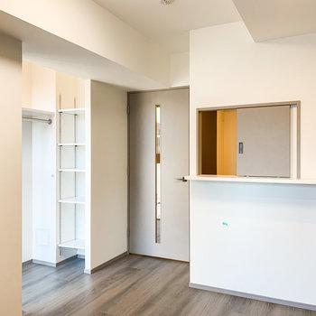入口右手には光の差し込むオープン収納。