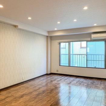 【LDK】ダウンライトがお部屋を優しく照らしてくれています。※写真は前回募集時のものです