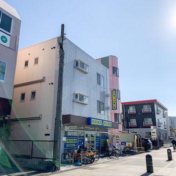 大通りに面したこちらの建物の3階です。