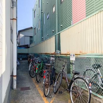 駐輪場は建物横に。