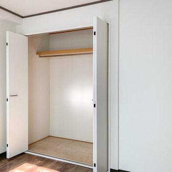 【洋室】奥行きも高さもしっかり!丈の長いものや衣装ケースなども入れられますね。※写真は前回募集時のものです