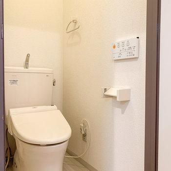トイレは嬉しい温水洗浄機付きです。※写真は前回募集時のものです