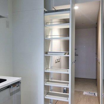 キッチン横はスライド収納が!!。※写真は7階の同タイプのもの