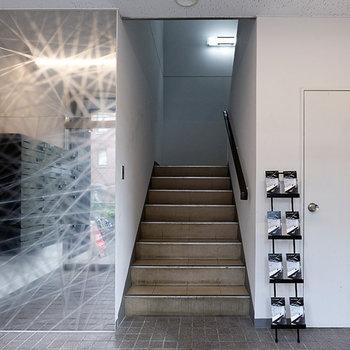 【エントランス】入り口から階段で2階へ