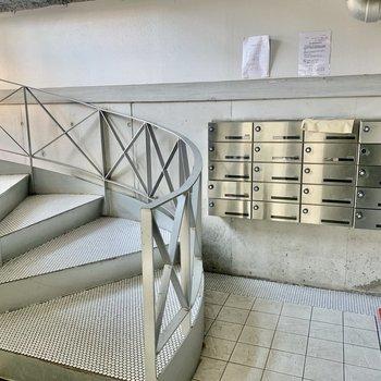 メールボックスは階段のすぐ横に。