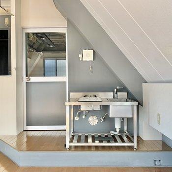 キッチンはドア横。冷蔵庫は右手側にどうぞ。