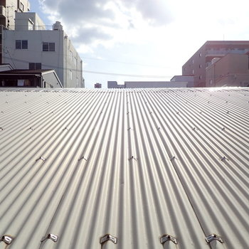 窓を開けると、屋根からの空!