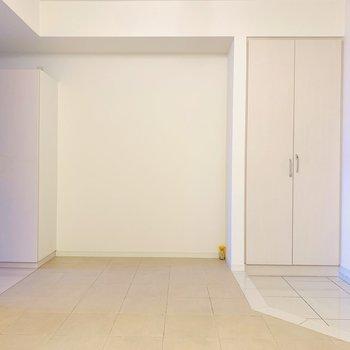 左は洋室へ、右は玄関