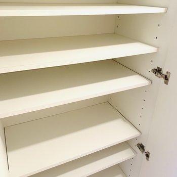収納は計4つ、2種類に分かれています。棚がズラッと並んだタイプと...