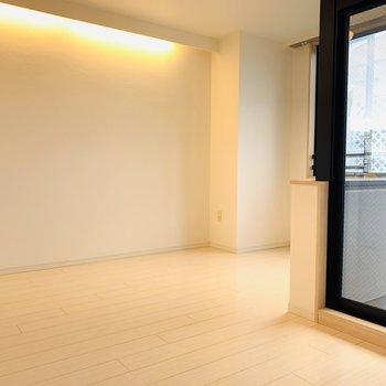 壁上部の間接照明がリラックスできる空間を