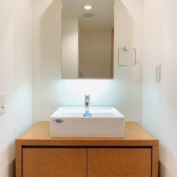存在感のある洗面所、朝の支度や夜のケアも捗りそうです。