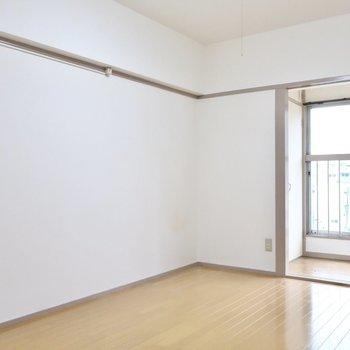壁面にはシェルフをずらりとね◎(※写真は5階の反転間取り別部屋のものです)