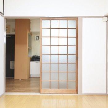 ガラスの引き戸がノスタルジックなのさ(※写真は5階の反転間取り別部屋のものです)
