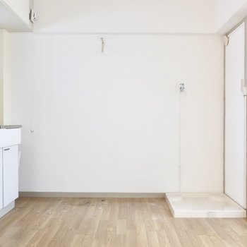 ダイニングには小さめテーブルなら置けそう♪(※写真は5階の反転間取り別部屋のものです)